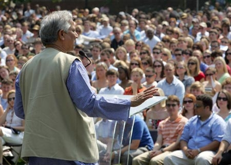 Professor Yunus addressing the Sydney community during his 1998 visit